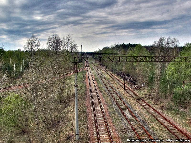 Вид на станцию Янов, и на железнодороное полотно.